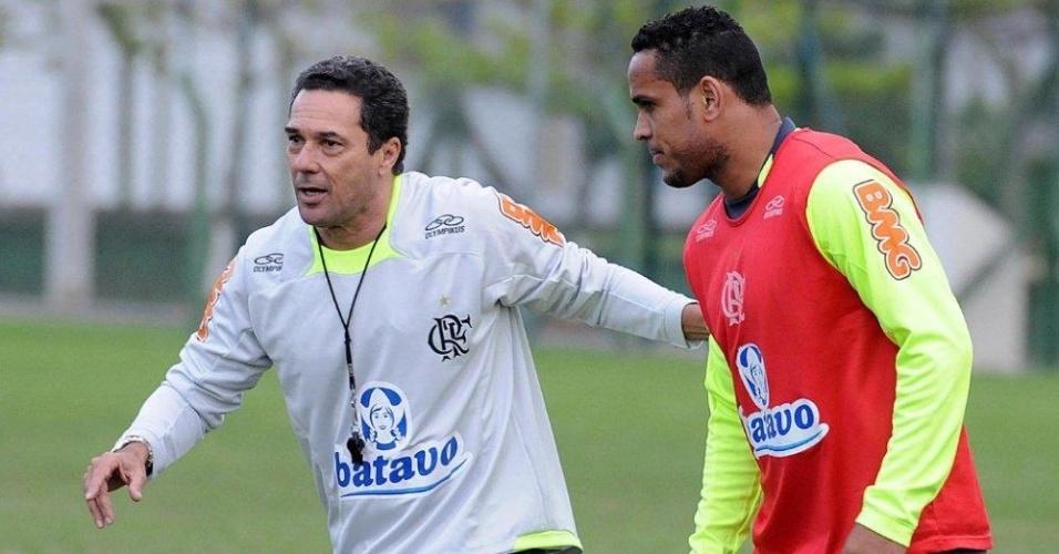 Luxemburgo passa instruções para Val Baiano em treino do Flamengo em Florianópolis
