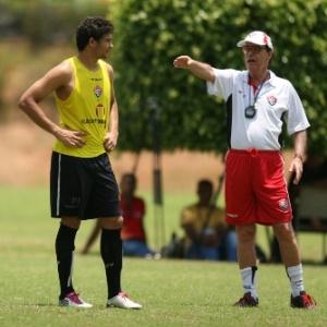 Antônio Lopes orienta seus jogadores durante treino no Vitória