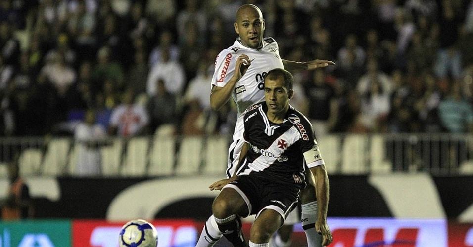 Corintiano Souza aperta a marcação sobre o vascaíno Felipe em lance de jogo em São Januário
