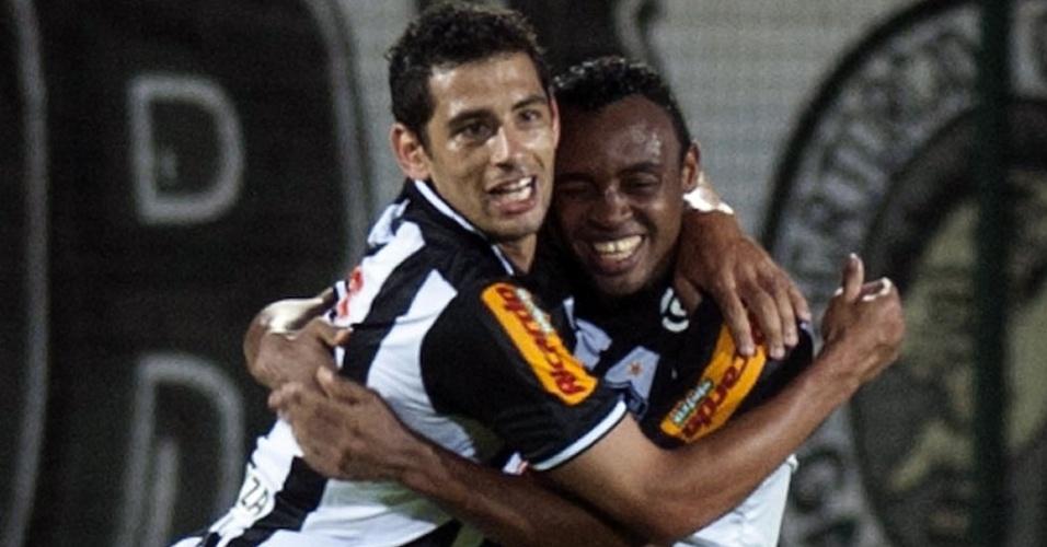 Diego Souza e Obina se abraçam após o atacante marcar para o Atlético-MG contra o Independiente Santa Fé