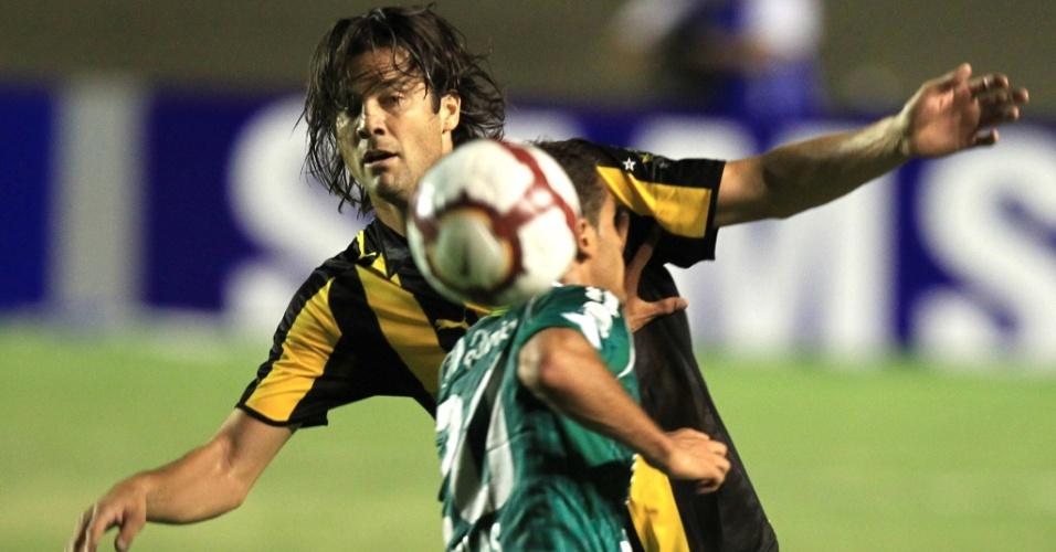 Santiago Solari, do Peñarol, briga pela bola com Wellington Monteiro, do Goiás, pela Sul-Americana