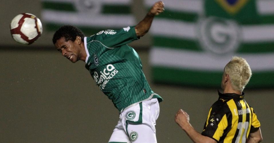 Wellington Saci, do Goiás, cabeceia bola na vitória sobre o Peñarol na Copa Sul-Americana