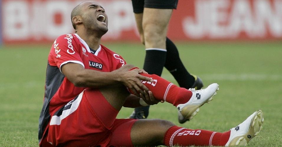 Jogador Lucio Flavio, do Guaratinguetá, reclama de dor após suspeita de fratura