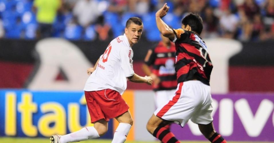 Meia D'Alessandro tenta jogada pelo Inter contra o Flamengo no Engenhão