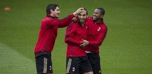Alexandre Pato e Robinho brincam com Flamin