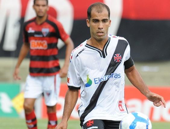 Felipe domina a bola durante Atlético-GO x Vasco no Serra Dourada