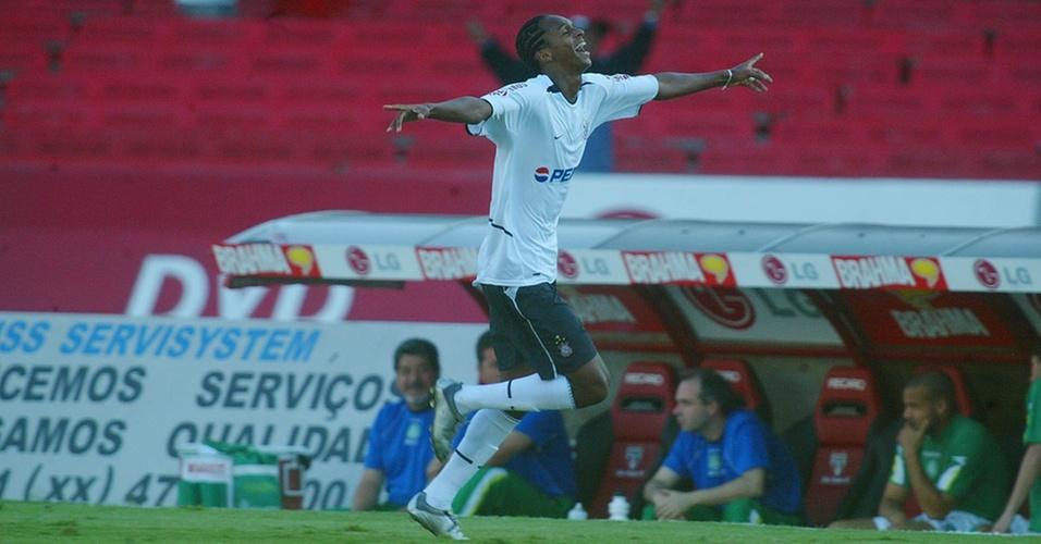 Jô celebra gol do Corinthians contra o Palmeiras, em 2004