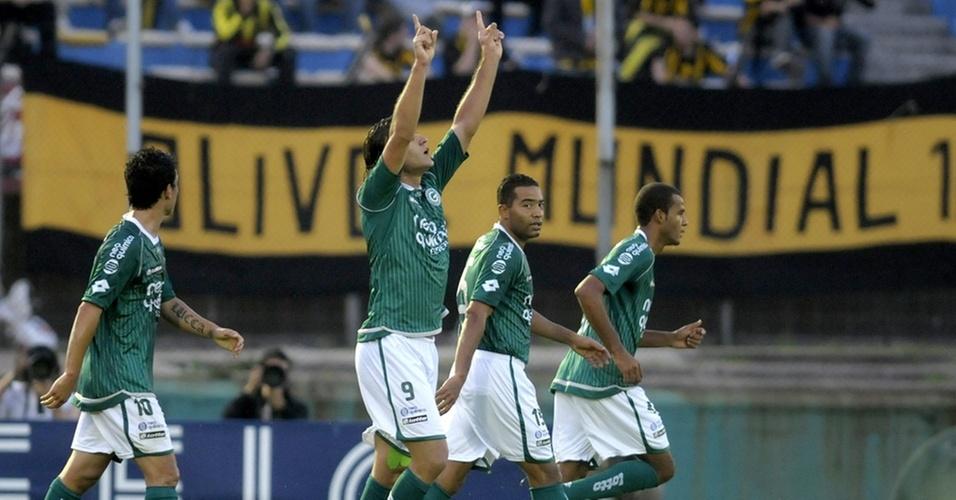 Rafael Moura comemora ao marcar para o Goiás contra o Peñarol pela Copa Sul-Americana