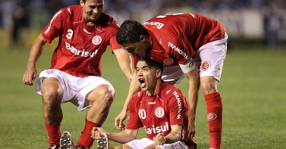D'Alessandro comemora gol do Inter no Gre-Nal, com Índio e Bolívar