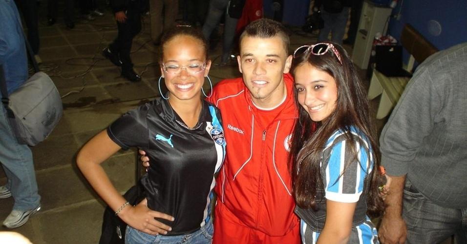 D'Alessandro tira foto com torcedoras do Grêmio após marcar gol em Gre-Nal no Olímpico