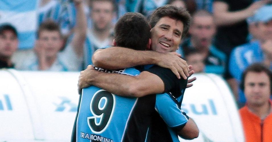 Técnico Renato Gaúcho abraça André Lima, após gol do atacante no Gre-Nal