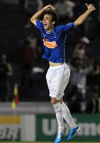 Thiago Ribeiro comemora um de seus dois gols no clássico