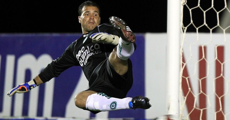 Harlei cai para o lado errado e não consegue pegar o pênalti cobrado por Davi no primeiro gol do Avaí contra o Goiás