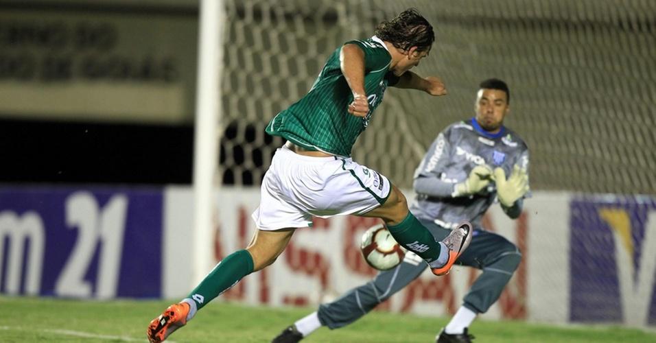 Rafael Moura chuta forte, sem defesa para Zé Carlos, e abre o placar para o Goiás contra o Avaí