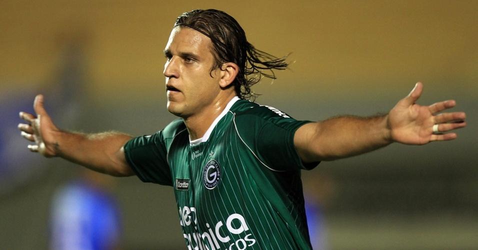Rafael Moura comemora ao abrir o placar para o Goiás contra o Avaí em jogo da Sul-Americana
