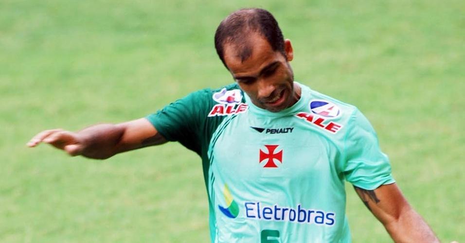 Felipe dá um passe durante treinamento do Vasco
