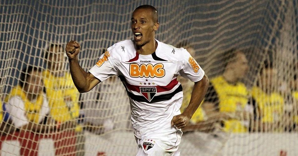 Miranda comemora ao marcar o segundo gol do São Paulo contra o Atlético-PR