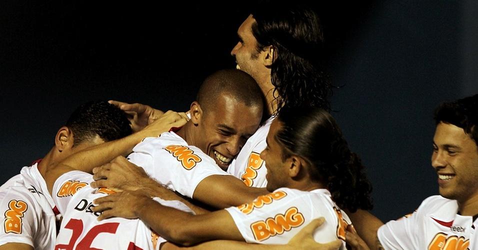 Miranda comemora com os companheiros ao marcar o segundo gol do São Paulo contra o Atlético-PR