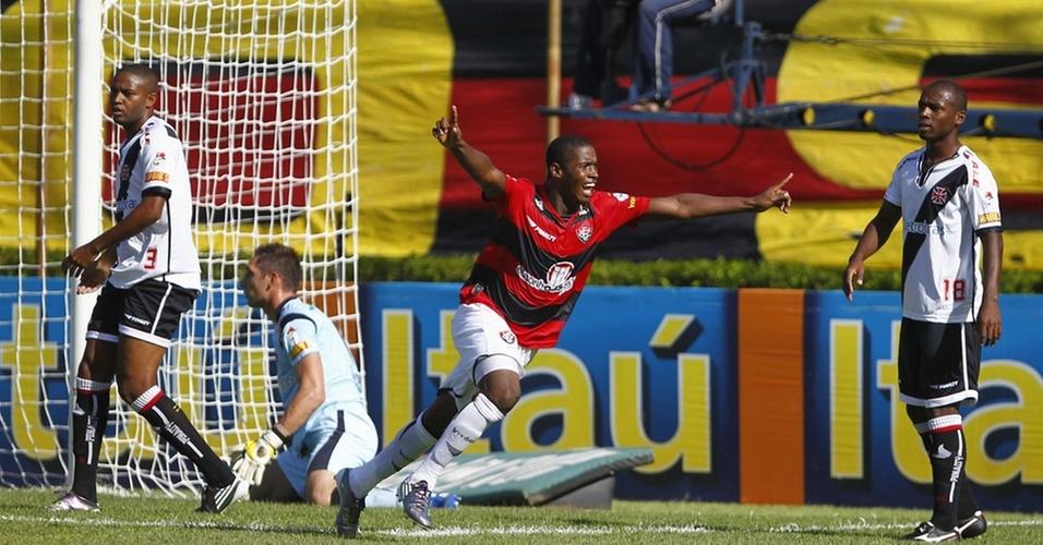 Adaílton comemora ao abrir o placar para o Vitória na goleada sobre o Vasco no Barradão