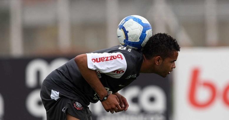Dentinho treina pelo Corinthians