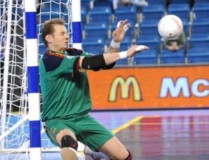 Amado, goleiro da Espanha, defende pênalti no duelo de quartas de final com a seleção russa