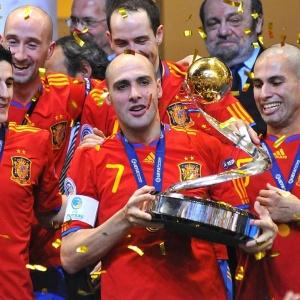 Jogadores da Espanha comemoram o título europeu de futsal, o terceiro consecutivo