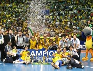 Seleção brasileira de futsal festeja o título da Copa do Mundo de 2008 após vitória sobre a Espanha