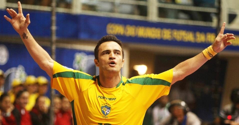Falcão comemora gol na vitória do Brasil sobre a Ucrânia na Copa do Mundo de futsal
