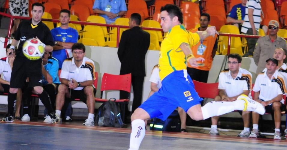 Falcão chuta de esquerda e marca um de seus dois gols na vitória do Brasil sobre a República Tcheca no Grand Prix de futsal