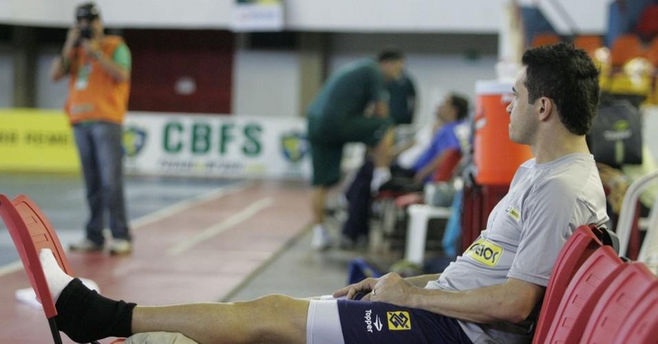 Falcão passa grande parte do treino fazendo tratamento de gelo na sua panturrilha