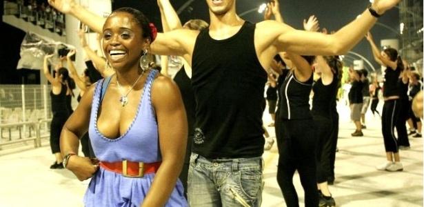 Com Daiane dos Santos, Pérola Negra ensaia no Sambódromo de SP