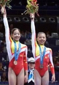 Dong Fangxiao (d) recebe o bronze por equipes nos Jogos de Sydney