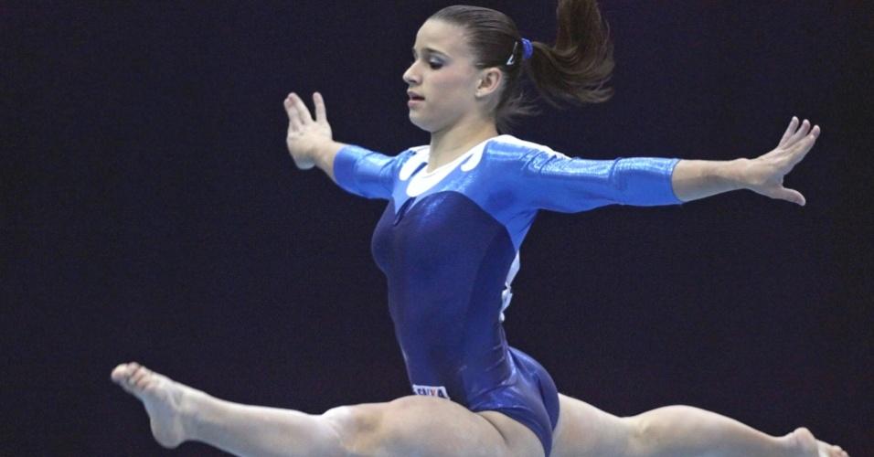 Jade Barbosa executa exercício durante a Copa do Mundo de ginástica