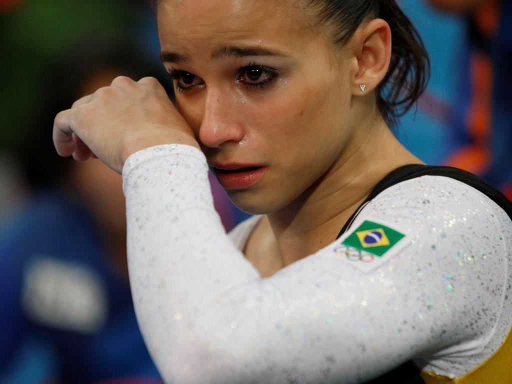 Jade Barbosa, ginasta brasileira, chora após qualificação na ginástica artística em Pequim, China