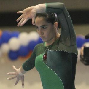Daniele Hypolito faz sua rotina no solo; veterana conquistou 4 ouros no Campeonato Brasileiro