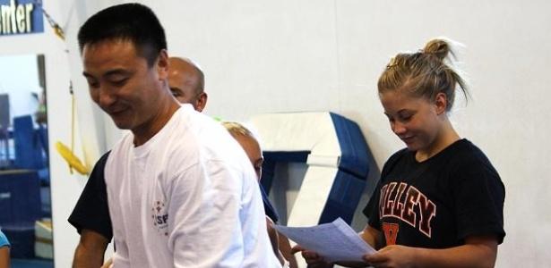 Shawn Johnson (d) participa de treinamento em sua volta à ginástica