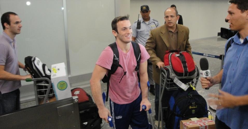 Diego Hypolito desembarca no Rio de Janeiro ao lado do irmão Edson (e) e do médico Robson de Bem (d)