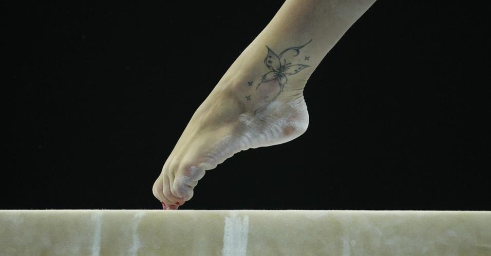 Câmera flagra uma tatuagem no pé esquerdo da italiana Vanessa Ferrari durante eliminatórias de trave do Mundial de Roterdã