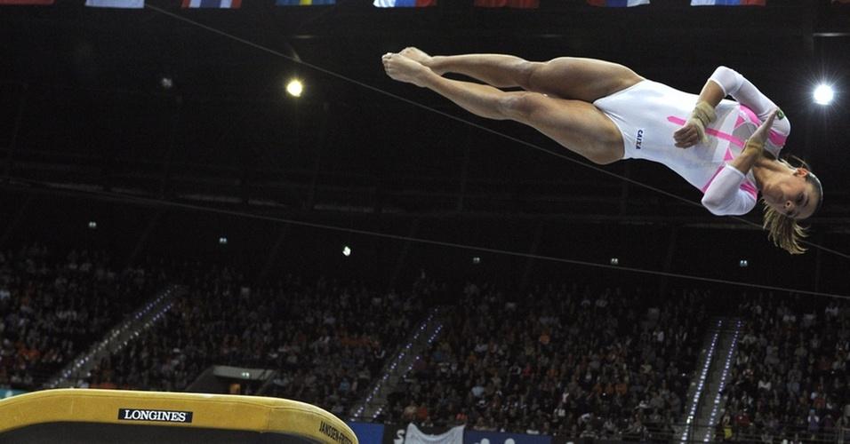 Brasileira Jade Barbosa apresenta-se no salto durante a final feminina do individual geral em Roterdã