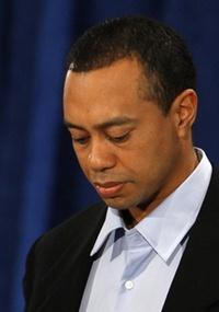 Golfista Tiger Woods chora ao pedir desculpas por escândalo