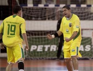 Mesmo com derrotas na Espanha, Vinícius (d) celebrou chance de atuação internacional