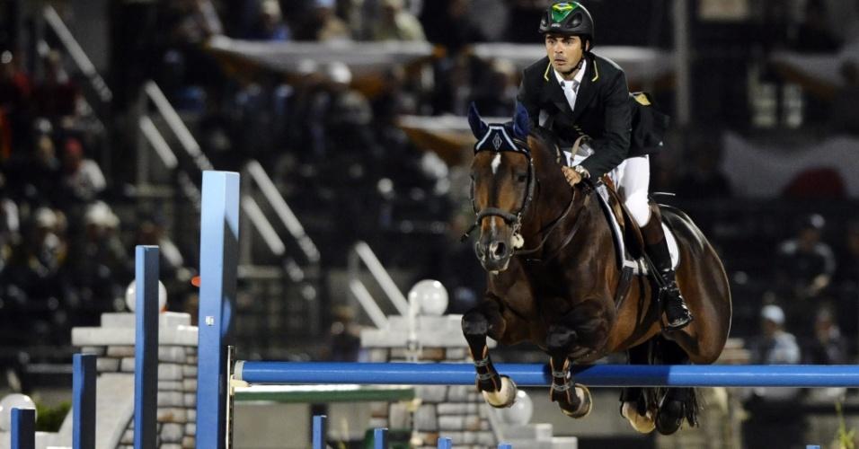 Rodrigo Pessoa passa por obstáculo durante prova de saltos nos Jogos Equestres