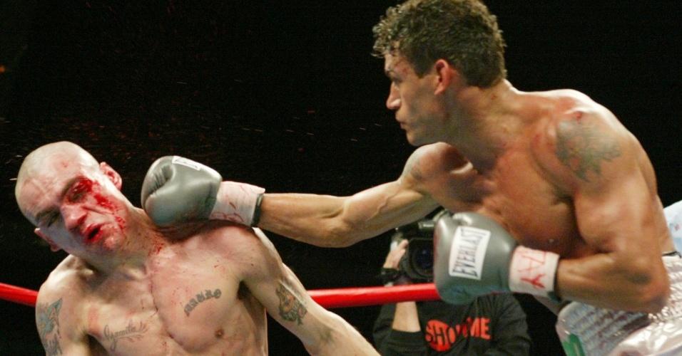 Popó acerta Barrios na defesa de seus cinturões dos superpenas. Ele foi derrubado duas vezes, mas virou o jogo e nocauteou no 12º assalto em Miami