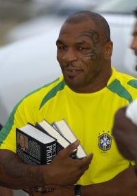 Mike Tyson, carrega livros sobre pombos em foto datada de 2004