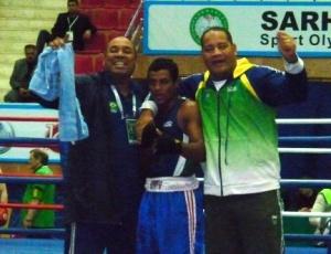 David Lourenço, campeão mundial juvenil de boxe, comemora vitória com os técnicos da seleção