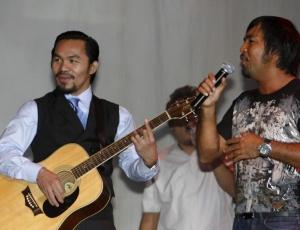 Pacquiao toca violão na festa em comemoração <br>à sua eleição para deputado nas Filipinas