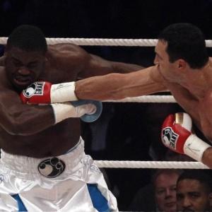 Em sua última luta, ucraniano Wladimir Klitschko (d) derrotou o nigeriano Samuel Peter por nocaute