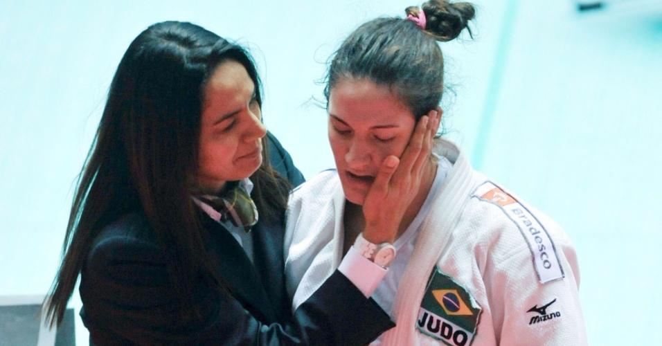 Rosicleia Campos consola Mayra Aguiar após derrota na final do Mundial de Tóquio
