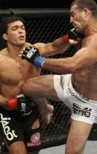 Lyoto Machida acerta Maurício Shogun, em sua vitória no UFC 104