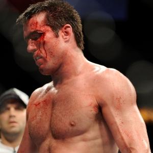 Chael Sonnen deixa octógono após ser derrotado por Anderson Silva, no UFC 117. Desde então, norte-americano enfrentou condenação por uso de doping e acaba de confessar que participou de lavagem de dinheiro na compra de uma casa em 2006. Em meio a esses problemas, lutador fará seu retorno aos ringues no UFC 128